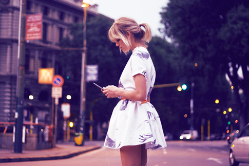 girl-texting-elite-daily